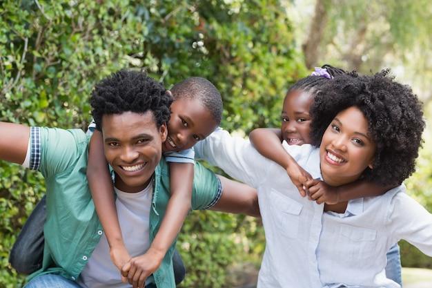 Familia feliz divirtiéndose juntos en el jardín en casa