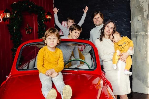 Familia feliz divirtiéndose en navidad. padre, madre e hijos en casa. concepto de vacaciones de navidad.
