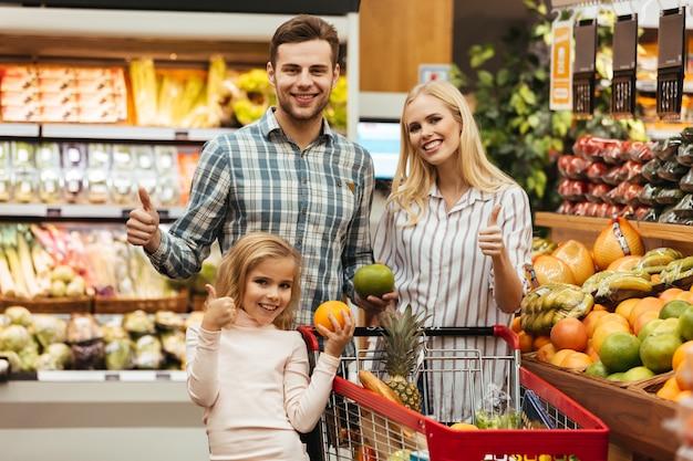 Familia feliz eligiendo comestibles