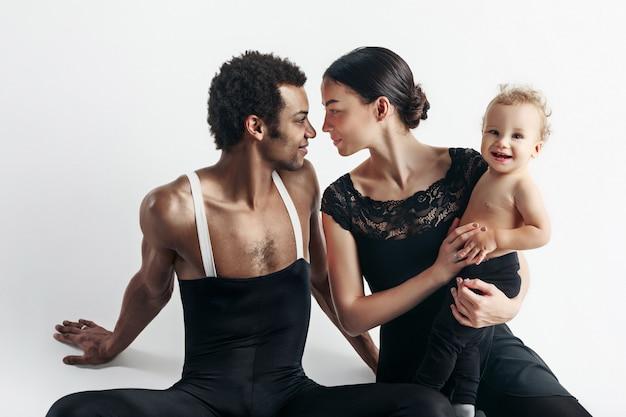 Una familia feliz en el espacio en blanco
