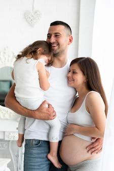 Familia feliz esperando un cuarto miembro