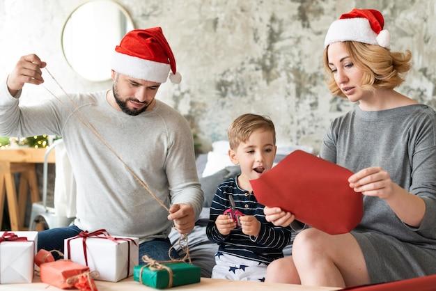 Familia feliz estar juntos el día de navidad