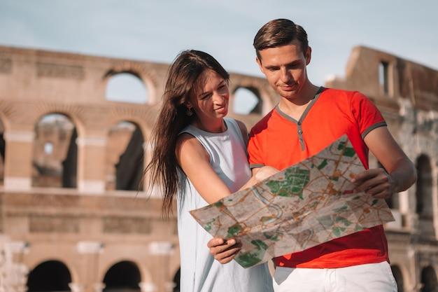 Familia feliz en europa pareja romántica en roma sobre el coliseo