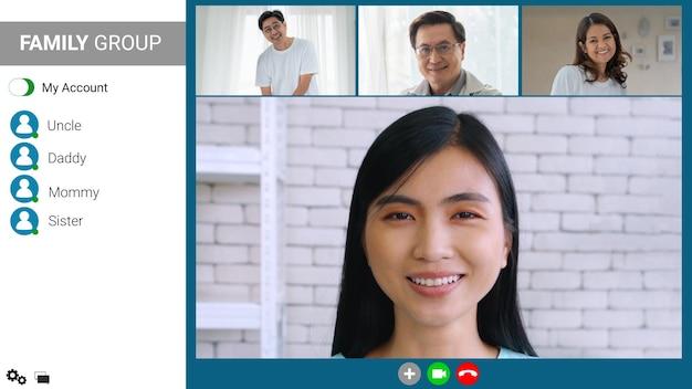 Familia feliz hablando por videollamada por internet en casa