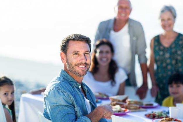 Familia feliz haciendo un picnic en la playa
