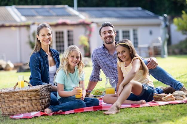 Familia feliz haciendo un picnic