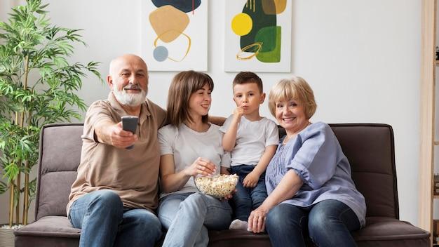 Familia feliz en interiores plano medio
