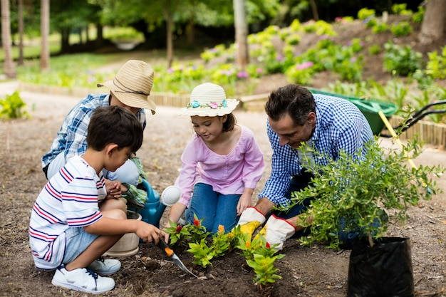 Familia feliz jardinería juntos