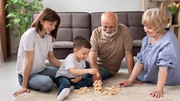 Familia feliz jugando juego de tiro completo
