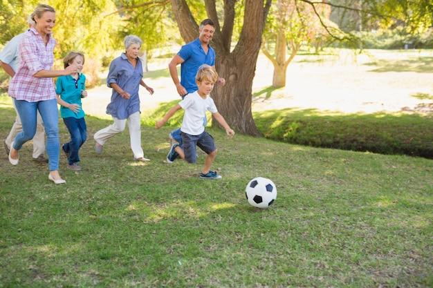 Familia feliz jugando en la pelota