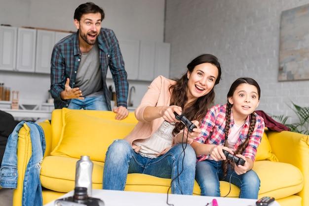Familia feliz jugando videojuegos