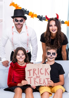 Familia feliz junto posando para halloween
