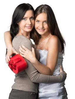 Familia feliz. madre e hija con caja de regalo. día de la madre