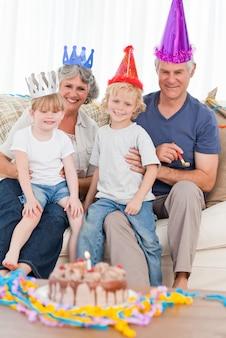 Familia feliz mirando a la cámara en un cumpleaños