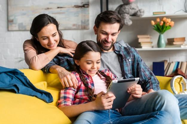 Familia feliz mirando en una tableta