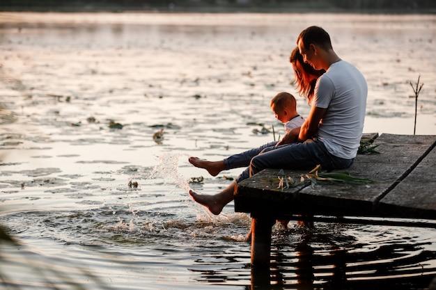 Familia feliz en la naturaleza, pasar tiempo juntos en un día de verano
