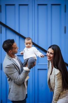 Familia feliz con una niña