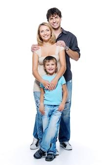 Familia feliz con niño posando en el espacio en blanco