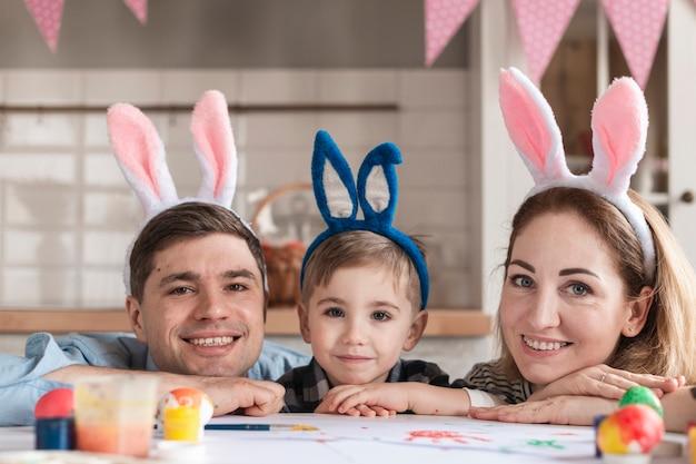 Familia feliz con orejas de conejo posando
