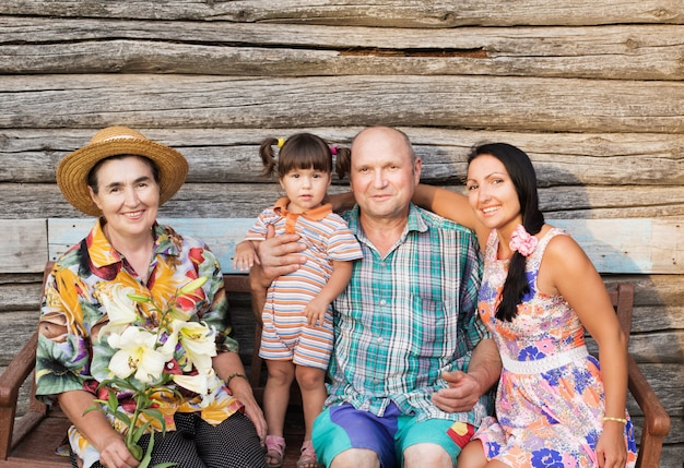 Familia feliz en la pared de madera de fondo