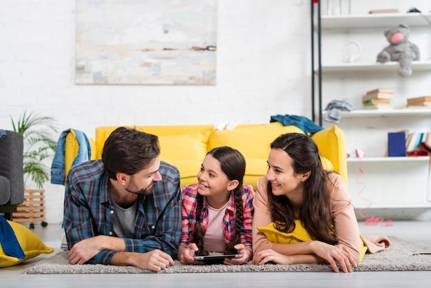 Familia feliz pasar tiempo juntos