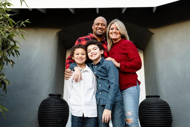 Familia feliz pasar las vacaciones en casa