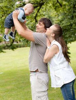 Familia feliz pasear por el parque