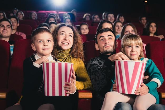 Familia feliz en la película