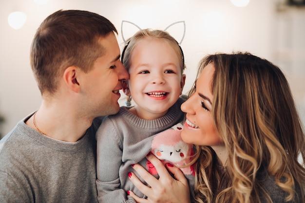 Familia feliz con una pequeña hija. navidad