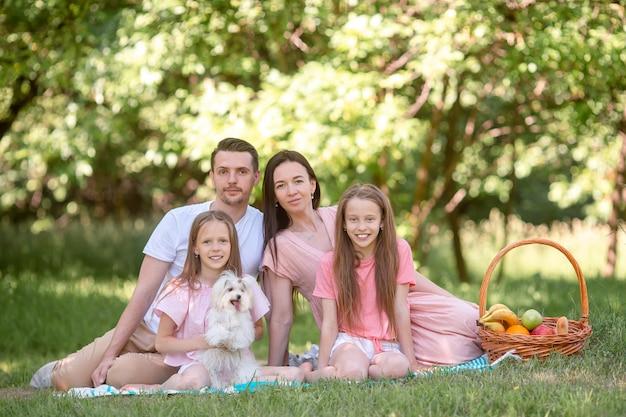 Familia feliz en un picnic en el parque en un día soleado