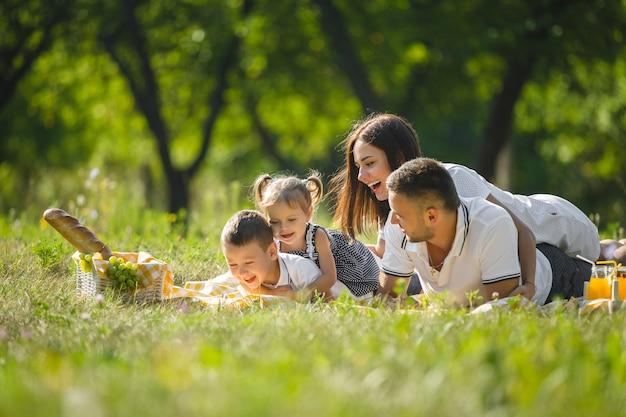 Familia feliz de picnic