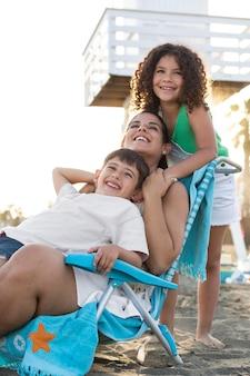 Familia feliz en la playa de tiro medio