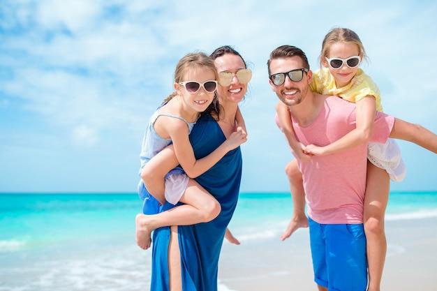 Familia feliz en la playa durante las vacaciones de verano