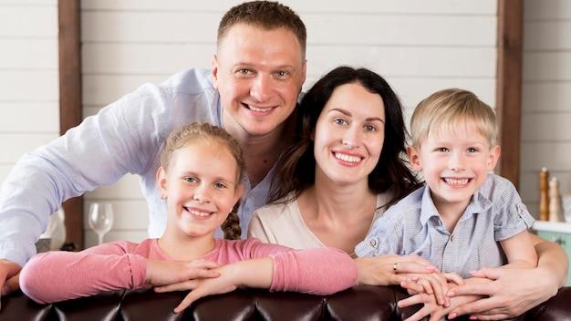 Familia feliz posando juntos
