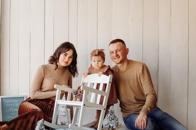 Una familia feliz posando
