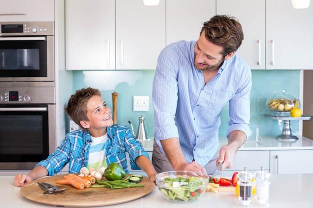 Familia feliz preparando el almuerzo juntos