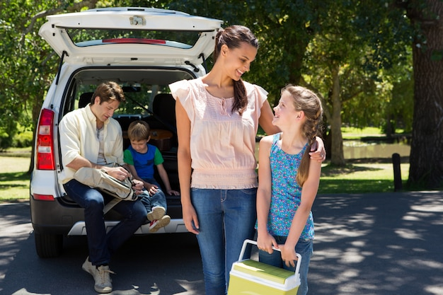 Familia feliz preparándose para el viaje por carretera