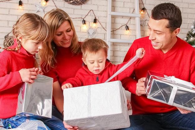 Una familia feliz con regalos en navidad