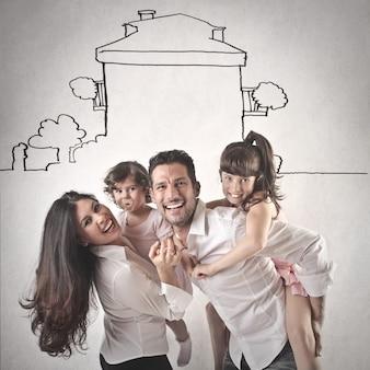 Familia feliz riendo