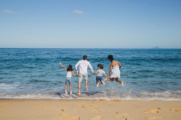 Familia feliz saltando