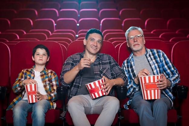 Familia feliz sentada en cine