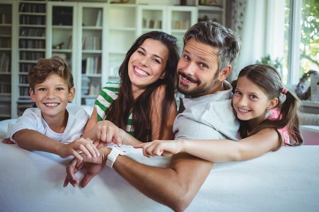 Familia feliz sentada en el sofá