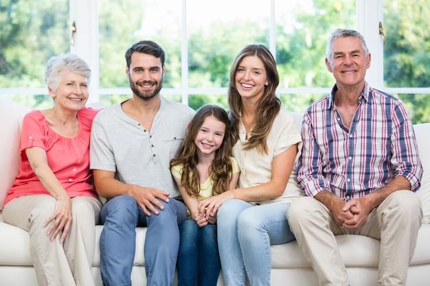 Familia feliz sentado en el sofá en casa
