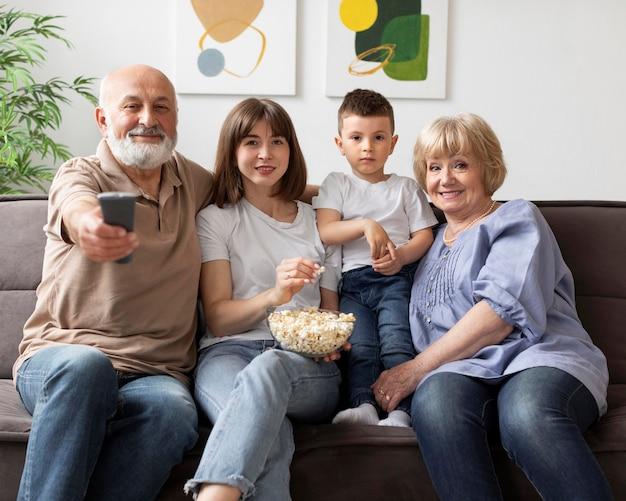 Familia feliz, en, sofá, plano de tiro
