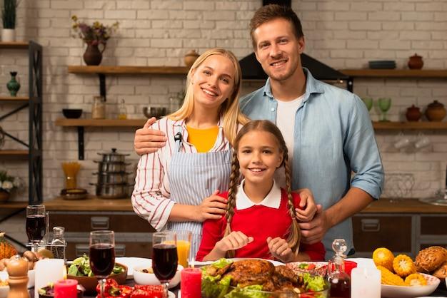 Familia feliz sonriendo y mirando a la cámara
