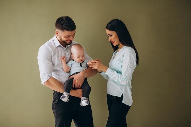 Familia feliz con su primer hijo.