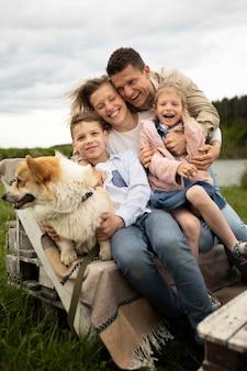 Familia feliz de tiro completo en la naturaleza