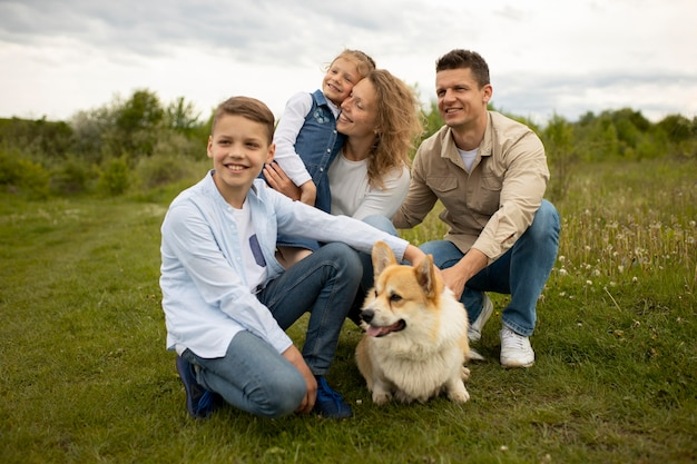 Familia feliz de tiro completo con perro adorable