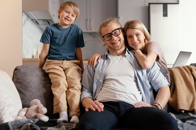 Familia feliz de tiro medio en casa