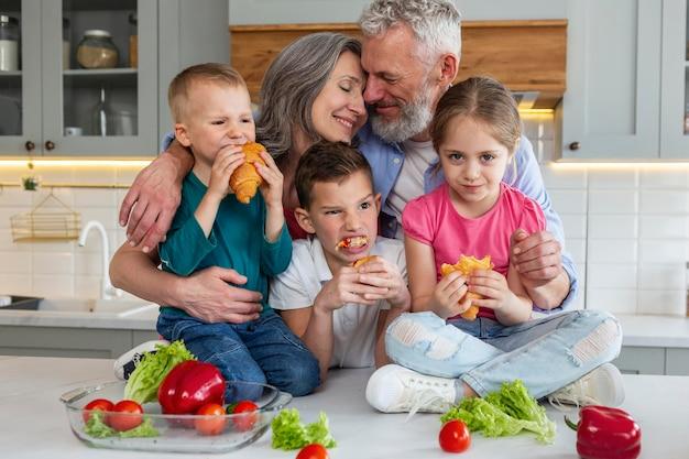 Familia feliz de tiro medio con comida